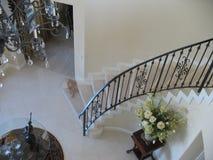 Escalier en spirale avec la rampe de fer travaillé Photo stock