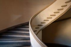 Escalier en spirale d'un palais antique Image libre de droits