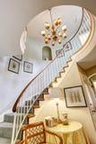 Escalier en spirale dans la maison de luxe image libre de droits