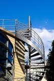 Escalier en spirale sur l'extérieur d'un bâtiment moderne photos libres de droits