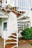 Escalier en spirale sur l'extérieur la maison image stock
