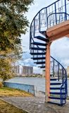 Escalier en spirale sur la plate-forme d'observation sur le remblai de ville Image libre de droits