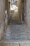 Escalier entre deux murs photo stock