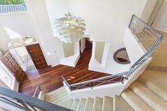 Escalier et entrée à la maison australienne moderne Image libre de droits