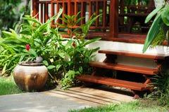 Escalier et entrée en bois d'une villa Photos libres de droits