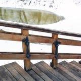 Escalier et lac en bois en parc images libres de droits