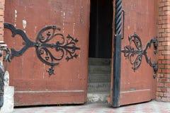 Escalier et porte antique dans la cathédrale Image libre de droits