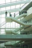 Escalier flexible dans l'architecture moderne photographie stock libre de droits