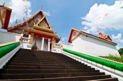 Escalier jusqu'à l'église au temple de Wat Kaolam Photographie stock libre de droits