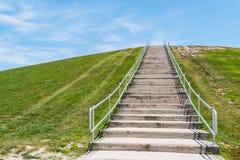 Escalier jusqu'au dessus du bâti Trashmore en Virginia Beach images stock