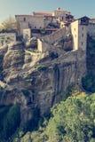 Escalier menant dans une construction de monastère sur une roche image stock