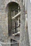 Escalier moderne sur le mur en pierre de vieille ville Photo stock