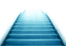 Escalier montant à la lumière blanche Photographie stock libre de droits