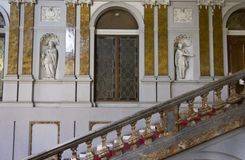 Escalier monumental de Palazzo Arese Litta photographie stock