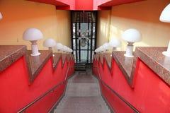 Escalier piétonnier en rouge avec les lumières blanches Photographie stock libre de droits
