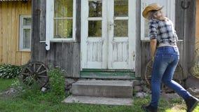 Escalier propre de femme au foyer banque de vidéos