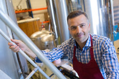 Escalier s'élevant d'homme de portrait dans la distillerie photos stock