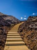 Escalier s'élevant jusqu'au dessus d'un volcan Images libres de droits