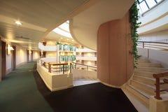 Escalier spiralé dans l'hôtel du congrès d'iris Image libre de droits