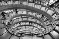Escalier spiralé dans l'immeuble de bureaux Images stock