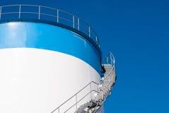 Escalier sur un réservoir de stockage d'huile Photo stock