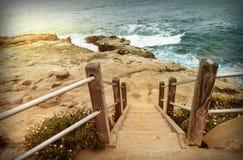 Escalier vers le bas à la plage, la Californie Photos libres de droits