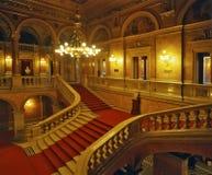 Escaliers à l'intérieur du théatre de l'opéra d'état hongrois photo stock
