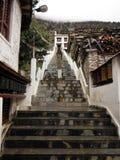 Escaliers à un Monastary de l'Himalaya bouddhiste dans la mousson Image stock
