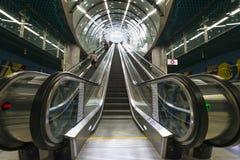 Escaliers électriques à la station de CNK de la ligne de souterrain deuxièmes de Varsovie Photos libres de droits