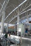 Escaliers électriques dans l'aéroport Image stock