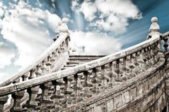 Escaliers antiques jusqu'au ciel Photos stock