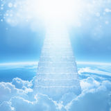 Escaliers au ciel, lumière lumineuse de ciel, escalier amenant Image stock