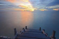 Escaliers au coucher du soleil à l'île de mabul Images stock