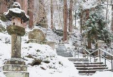 Escaliers au tombeau de yamadera en chutes de neige image stock