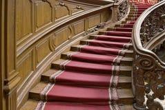 Escaliers avec la bande de tapis Photos libres de droits