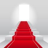 Escaliers avec le tapis rouge de velours. Images stock