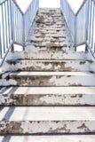 Escaliers avec les balustrades en acier photographie stock libre de droits