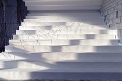 Escaliers blancs dans l'intérieur Photographie stock libre de droits
