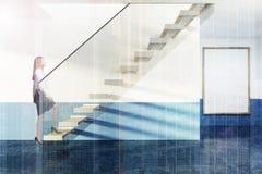 Escaliers blancs et en verre dans l'appartement bleu, affiche, fille Photographie stock libre de droits