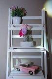 Escaliers blancs sur le mur de fond avec la voiture de vintage et un bouquet Image stock