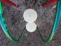 Escaliers circulaires et barres vertes et rouges en métal sur la structure de jeu image stock