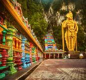 escaliers colorés des cavernes de batu malaysia photos libres de droits