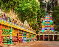 escaliers colorés des cavernes de batu malaysia photo stock