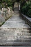 Escaliers concrets allant en haut ou en bas Photographie stock libre de droits
