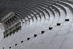 Escaliers concrets après pluie, résumé, diagonal images stock