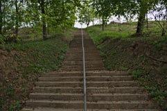 Escaliers concrets montant jusqu'au dessus de la colline Images libres de droits
