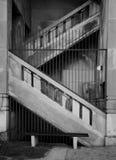 Escaliers concrets, noirs et blancs photos stock