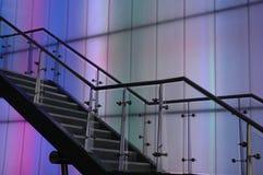 Escaliers contre un mur de couleur photos libres de droits