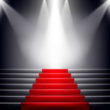 Escaliers couverts de tapis rouge. Image stock
