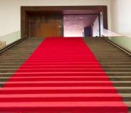 Escaliers couverts du tapis rouge Photo libre de droits